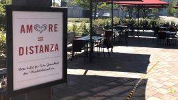 Terrasse von einem L'Osteria Restaurant nach dem Corona-Lockdown