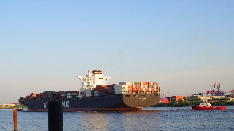 Das Containerschiff NYK Venus auf der Elbe im Hamburger Hafen mit Schleppern
