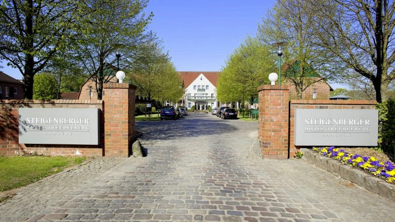 Einfahrt zum Steigerberger Hotel in Hamburg Lemsahl