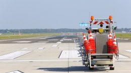 Wartungsarbeiten auf der Startbahn in Hamburg mit Wartungsauto