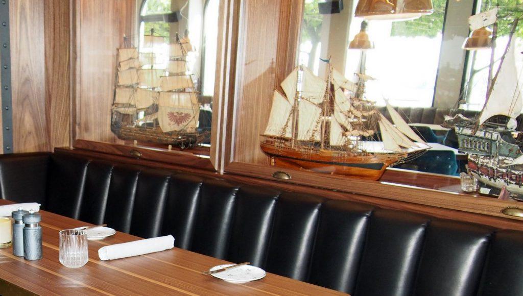 Schiffsmodelle hinter Glas im Restaurant Port