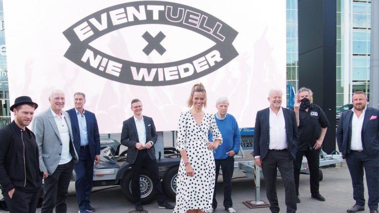 Gruppenbild der Aktion Eventuell nie wieder vor der Hamburger Messehalle