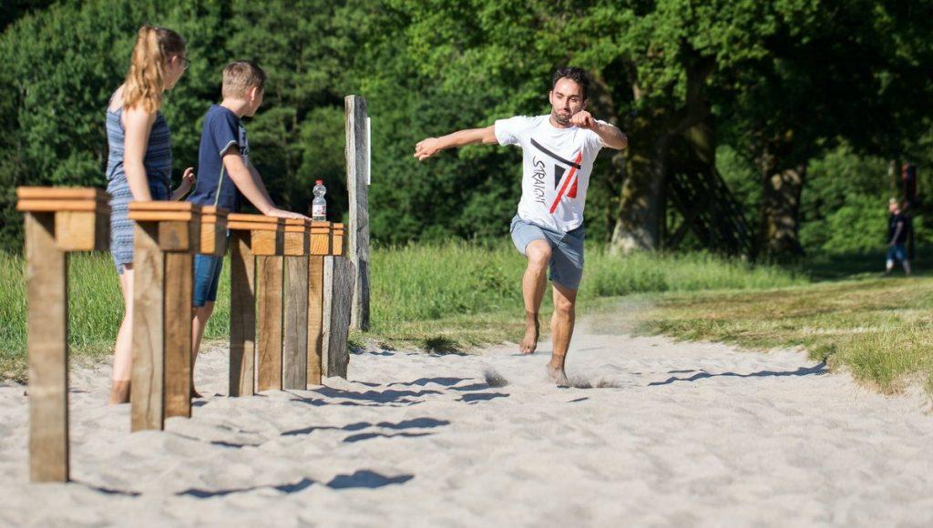 Station im Barfußpark Lüneburger Heide, Gruppe nimmt am Spiel teil