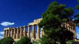 Antike Tempelruine vor blauen Himmel in Griechenland