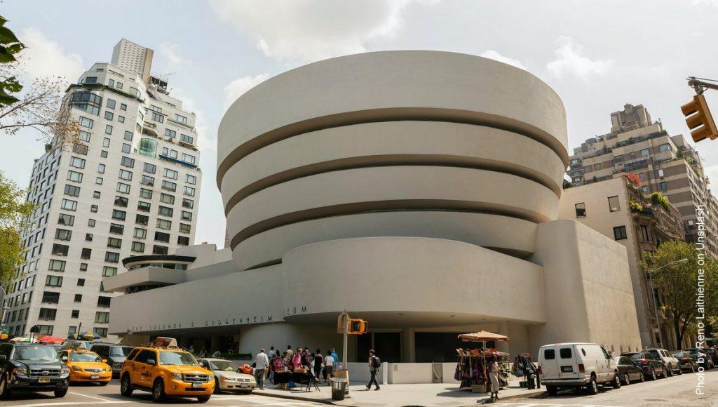 Das New Yorker Guggenheim Museum Straßenszene mit Taxis