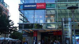 Eingang von Karstadt Sports im Sommer in Hamburg