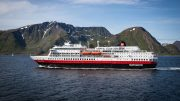 Die MS Otto Sverdrup in einem Fjord in Norwegen