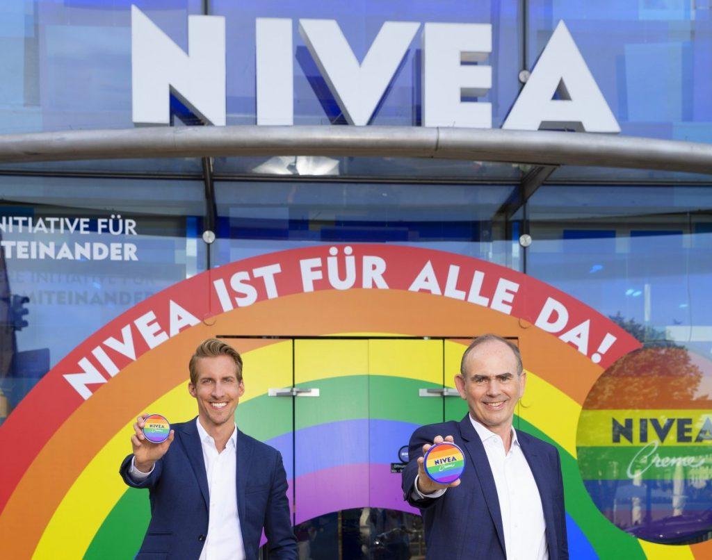 Zwei Beiersdorf Manager vor dem Hamburger Nivea Haus