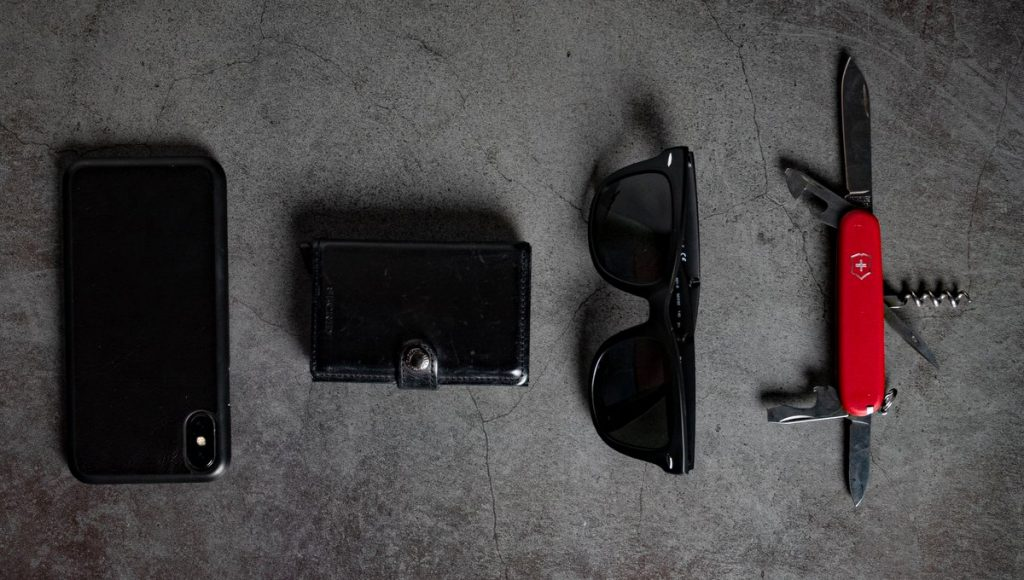 Smartphone, Geldbörse, Sonnenbrille, Schweizer Messer