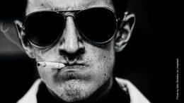 Raucher mit Sonnenbrille und Zigarette im Mund