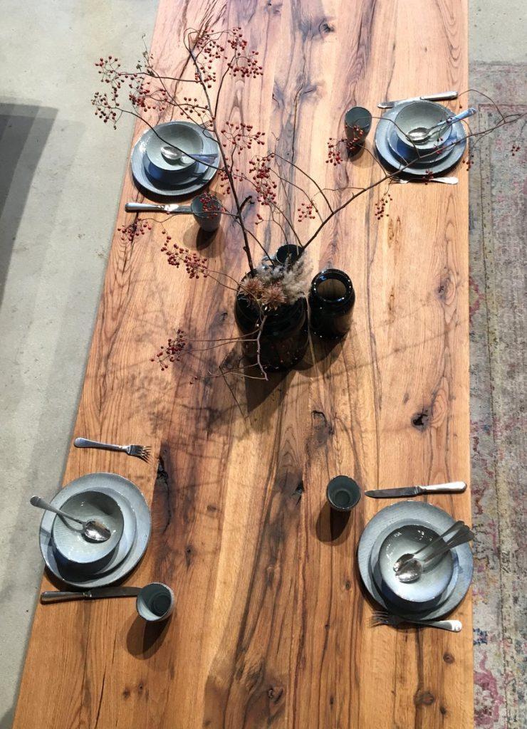 Eichenholztisch mit Geschirr