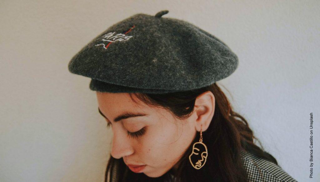 Frau mit grauer Baskenmütze