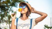 Frau mit Strohhut und Sonnenbrille