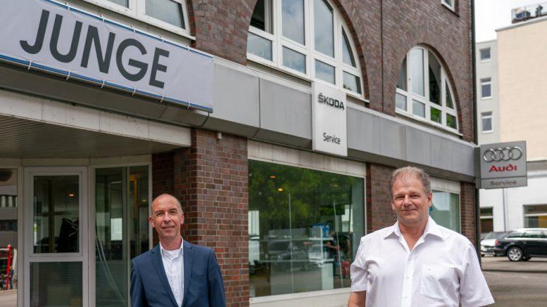 Autohaus Junge in Hamburg: Frank Lexau mit Klaus Holzer vor dem Junge Servicestandort Hoheluftchaussee