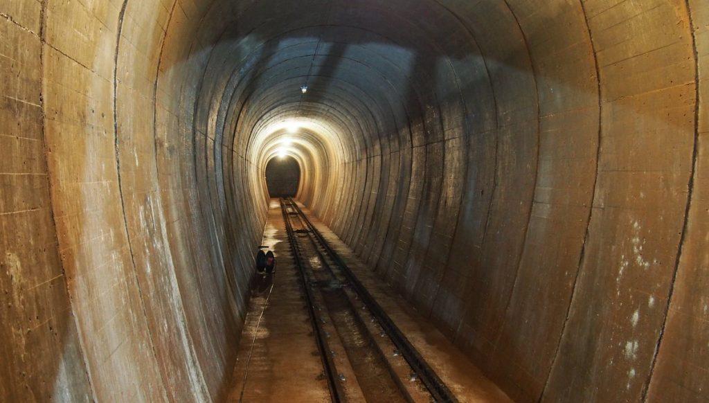 Tunnel auf Helgoland mit Schienen und Stufen