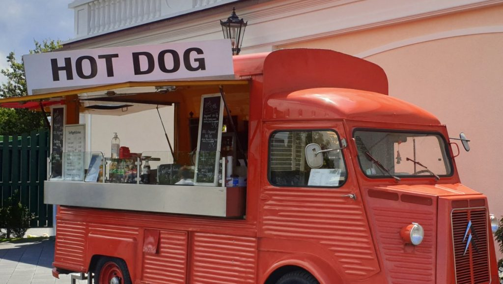 Ein roter Citoen HY Foodtruck für Hot Dogs