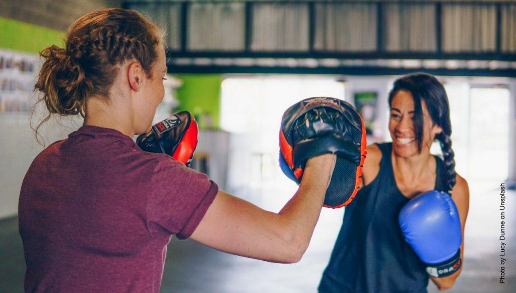 Zwei Frauen beim Pratzen - Boxtraining im Ring