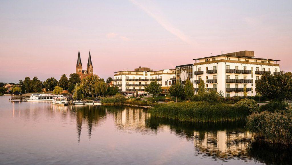 Ansicht des Hotel Resort Mark Brandenburg in Neuruppin - Abendstimmung