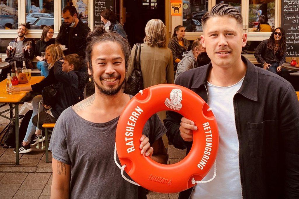 Übergabe Ratsherrn Rettungsring mit Florian Wendorf und Besitzer Katze und roten Minirettungsring