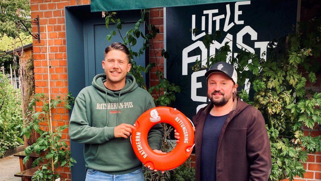 Übergabe Ratsherrn Rettungsring mit Florina Wendorf und Besitzer Little Amsterdam mit roten Minirettungsring