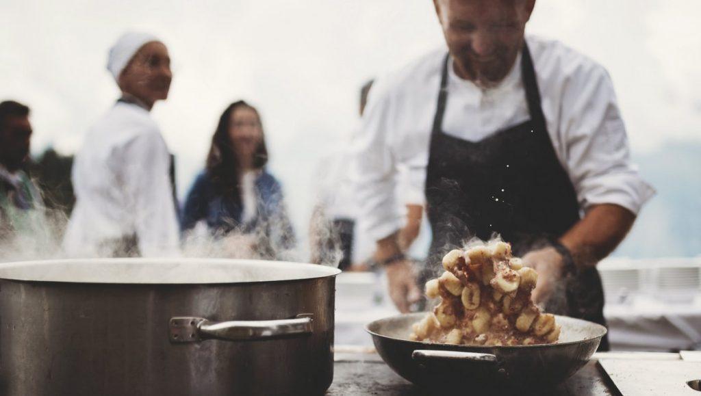 Koch am Holzherd auf der Gompn Alm in Südtirol beim Kuliniarik-Event The unpluged Taste