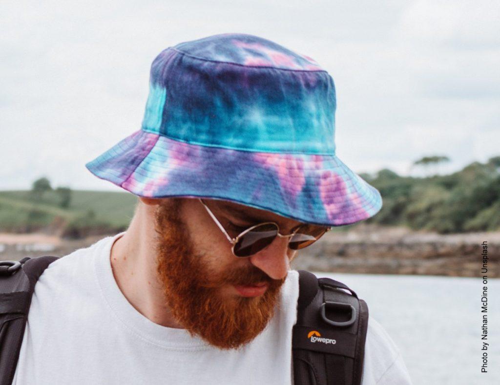 Mann mit Batik Bucket Hat