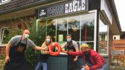 Übergabe Ratsherrn Rettungsring mit Florina Wendorf und BesitTilman Stimpel mit dem Team von The Vegan Eagle mit roten Minirettungsring