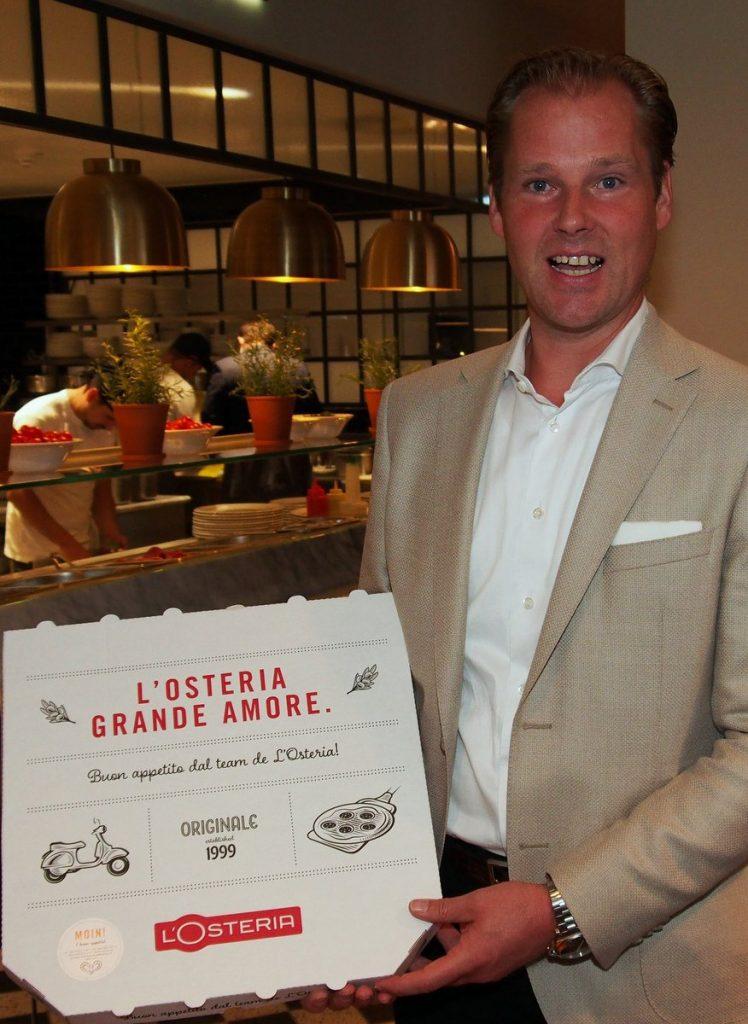 Dirk Block mit Pizza Karton