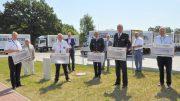 Scheckübergabe von Edeka Nord an die Landesfeuerwehrverbände Norddeutschland mit zwei Ministern