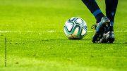 Spielerbeine mit Fußball