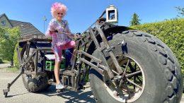 Oliva Jones auf dem schwersten Fahrrad der Welt