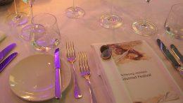 gedeckter Tisch mit Speisekarte