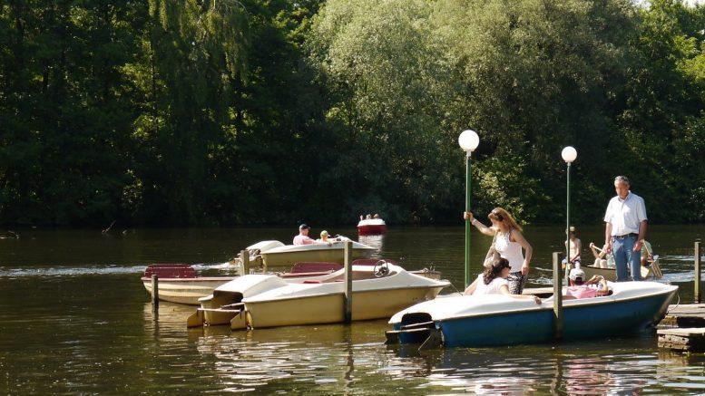 Bootssteg mit Tretbooten auf der Alster