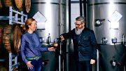 Julia und Oliver Weseloh trinken ein Bier in der Brauerei