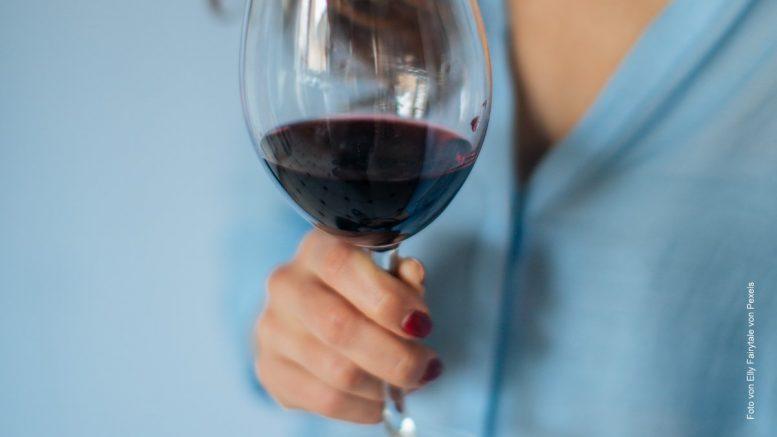 Frau mit Rotweinglas
