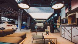 Innenansicht Autohaus Cupra Garage Hamburg mit Autos