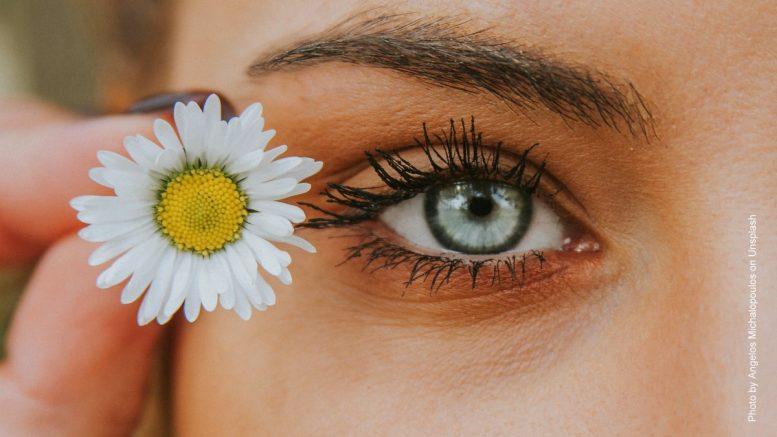 Frauengesicht mit Blume