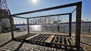 Eine Kunstinstallation - swarm - am Hamburger Hafen direkt an der Elbe bei gutem Herbstwetter