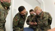 Bundeswehrsoldaten in Fleckttarn werden eingewiesen