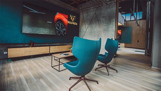 Virtual Showroom Cupra Garage Hamburg Bildschirm mit blauen Sesseln