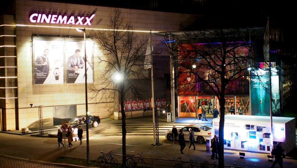 Das Hamburger CinemaxX Kino bei Nacht bei einer James Bond Premiere