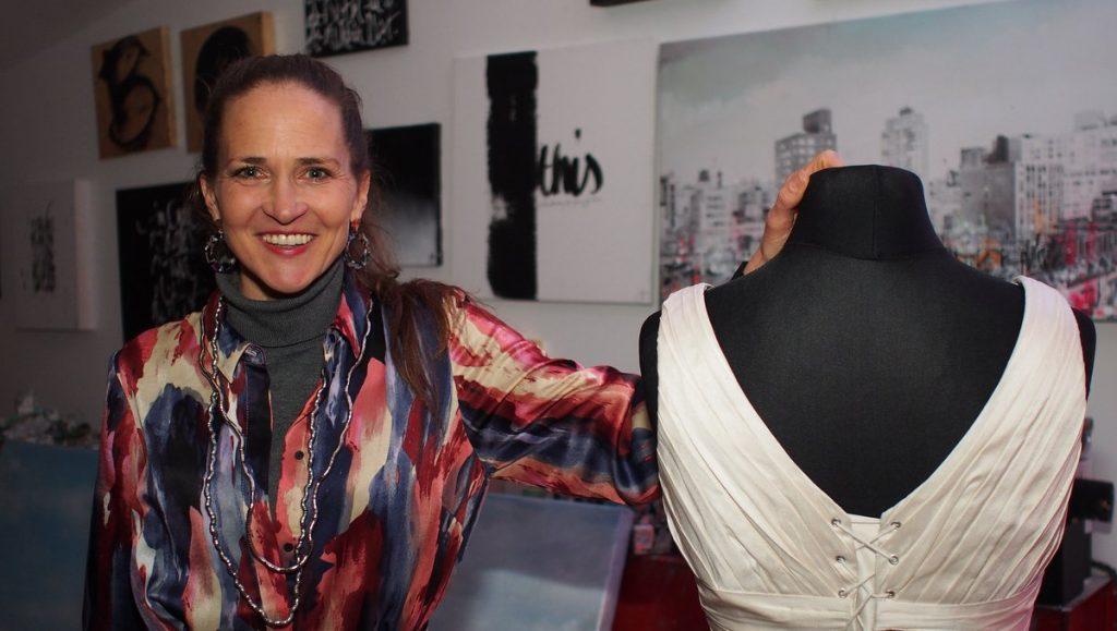 Jeannine Platz in ihrem Hamburger Atelier mit weißem Kleid