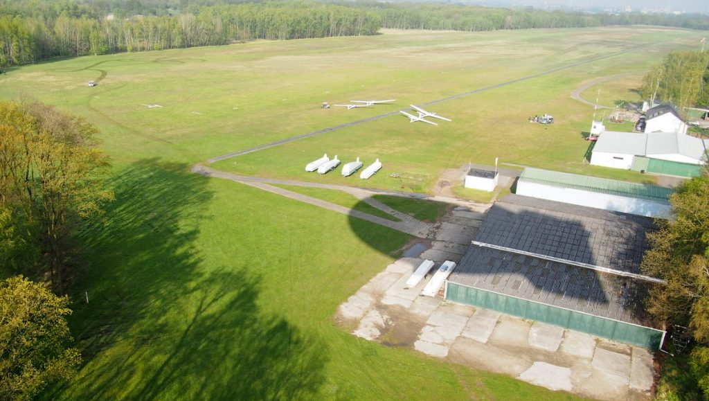 Der Boberger Segelflugplatz mit Flugzeugen aus der Luft