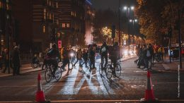 Fahrerradfahrer in der Nacht in der Stadt