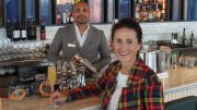 Blick Bar The Westin Hoteldirektorin mit Bar Tender