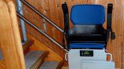 Treppenlift mit blauen Sitz