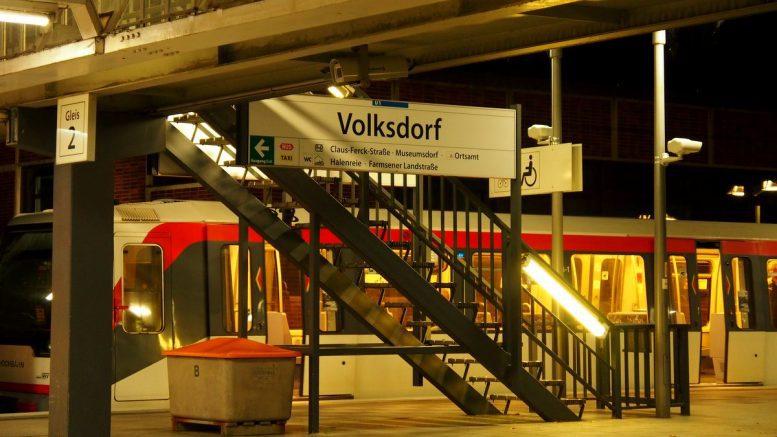 Ein Zug in der U-Bahnstation Hamburg Volksdorf