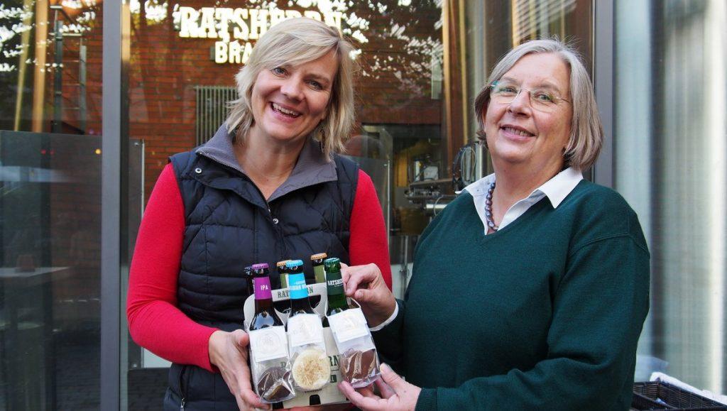 Mariann von Redecke mit Angela Evers im Innenhof der Ratsherrn Brauerei Hamburg