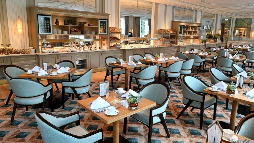 Der Alstersalon des Hotel Atlantic Hamburg mit gedeckten Tischen
