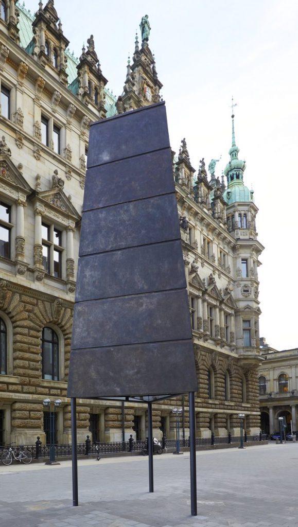 Skulptur von Olafur Eliasson auf dem Alten Wall. Im Hintergrund das Hamburger Rathaus